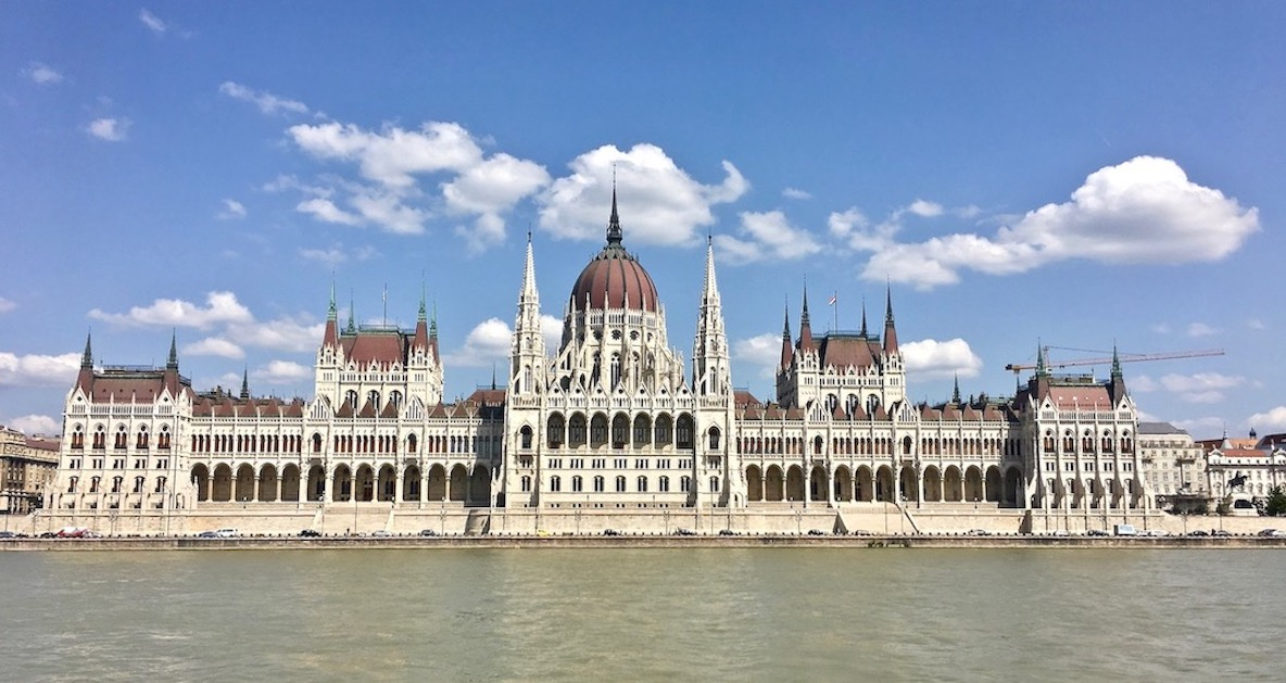 Budapest Sehenswürdigkeiten Parlament Brückenstadt Donau Ungarn Stadt der Brücken Ansicht des Parlamentsgebäude von Ungarn Budapest