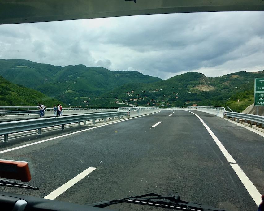 Autobahnbrücken als Fotomotiv im Kosovo