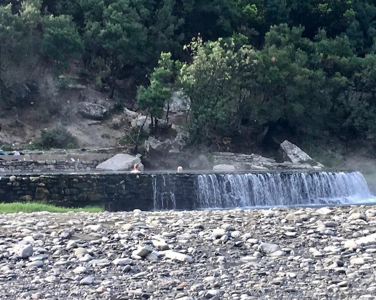 Benja Heiße-Quellen Thermal Baths Permet Lengarica Albanien Badekolken mit heißem Schwefelwasser bei Benja Albanien