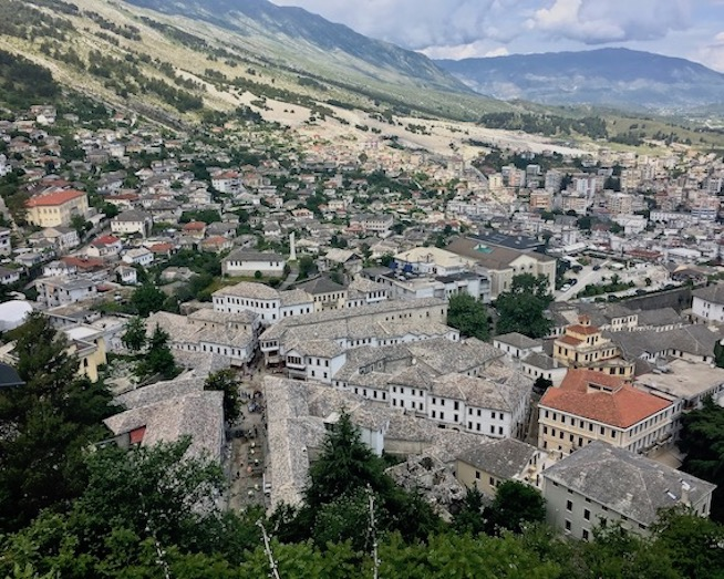 Gjirokastra UNESCO-Weltkulturerbe  Burg Zitadelle in Albanien Blick auf das alte Gjirokaster Albanien