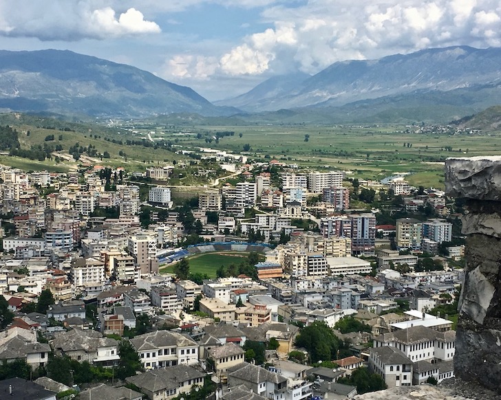 Gjirokastra UNESCO-Weltkulturerbe  Burg Zitadelle in Albanien Blick nach Norden ins Drinos-Tal Gjirokaster Albanien