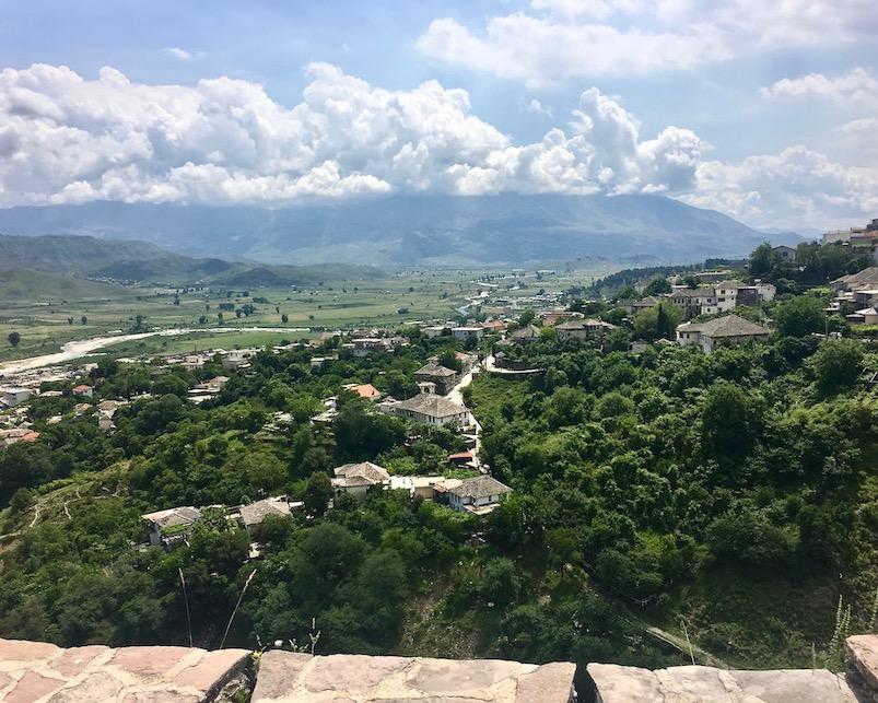 Gjirokastra UNESCO-Weltkulturerbe  Burg Zitadelle in Albanien Blick-nach-Süden-ins-Drinos-Tal-Gjirokaster-Albanien