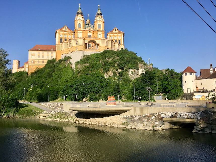 Kloster Melk Benediktinerstift Melk UNESCO-Weltkulturerbe Wachau Österreich Blick von der Melk auf die Westfasade der Stiftskirche Kloster Melk Österreich