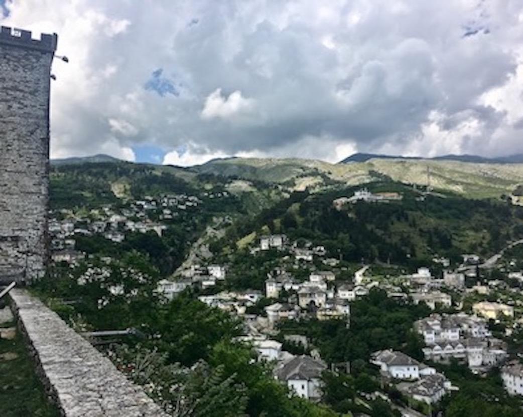 Gjirokastra UNESCO-Weltkulturerbe  Burg Zitadelle in Albanien Blick von der Zitadelle auf Gjirokaster Albanien