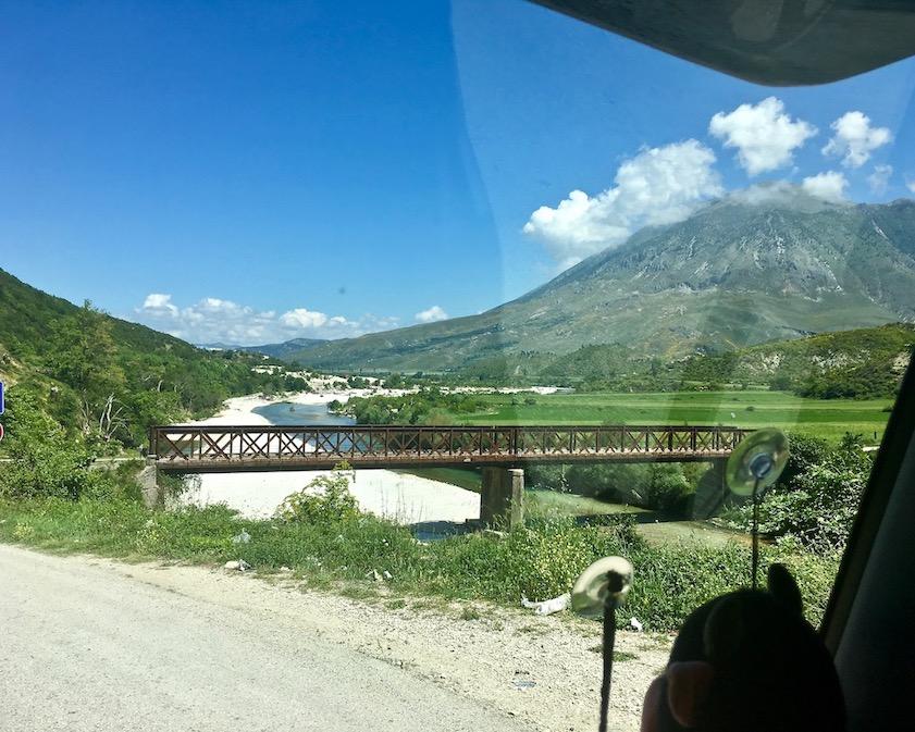 Brücke vor Tepelene über den Drinos Albanien