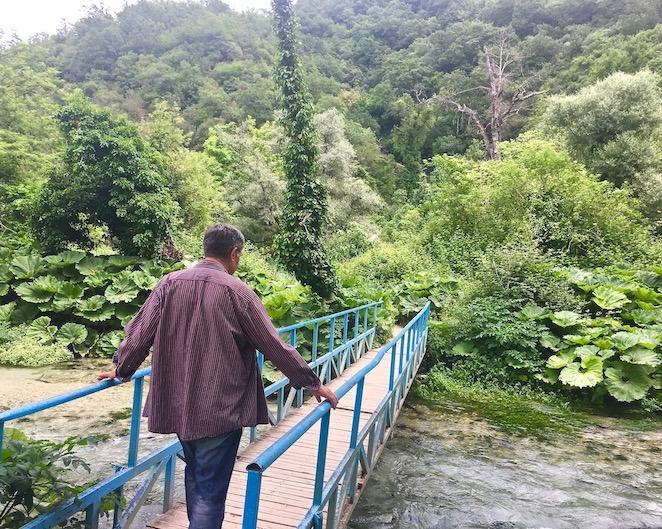 Syri I Kalter Das blaue Auge eine Karstquelle in Albanien Brücke zum Blauen Auge Syri i Kalter Albanien