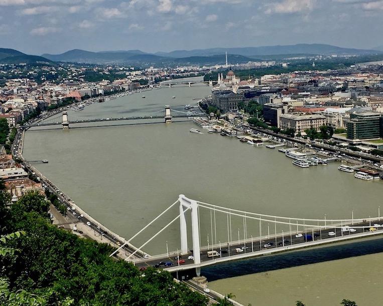 Budapest Sehenswürdigkeiten Parlament Brückenstadt Donau Ungarn Stadt der Brücken Brücken in Budapest Ungarn