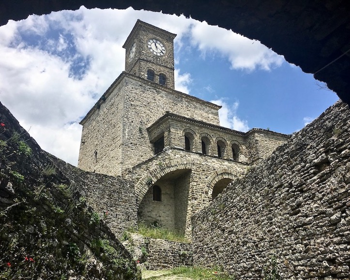 Gjirokastra UNESCO-Weltkulturerbe  Burg Zitadelle in Albanien Der Uhrturm in der Zitadelle von Gjirokaster Albanien