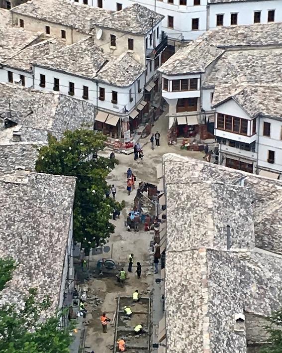 Gjirokastra UNESCO-Weltkulturerbe  Burg Zitadelle in Albanien Detail Fußgängerzone Gjirokaster Albanien