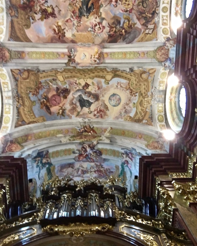 Kloster Melk Benediktinerstift Melk UNESCO-Weltkulturerbe Wachau Österreich Die Orgel mit Decken-Fresko in der Stiftskirche Melk Österreich