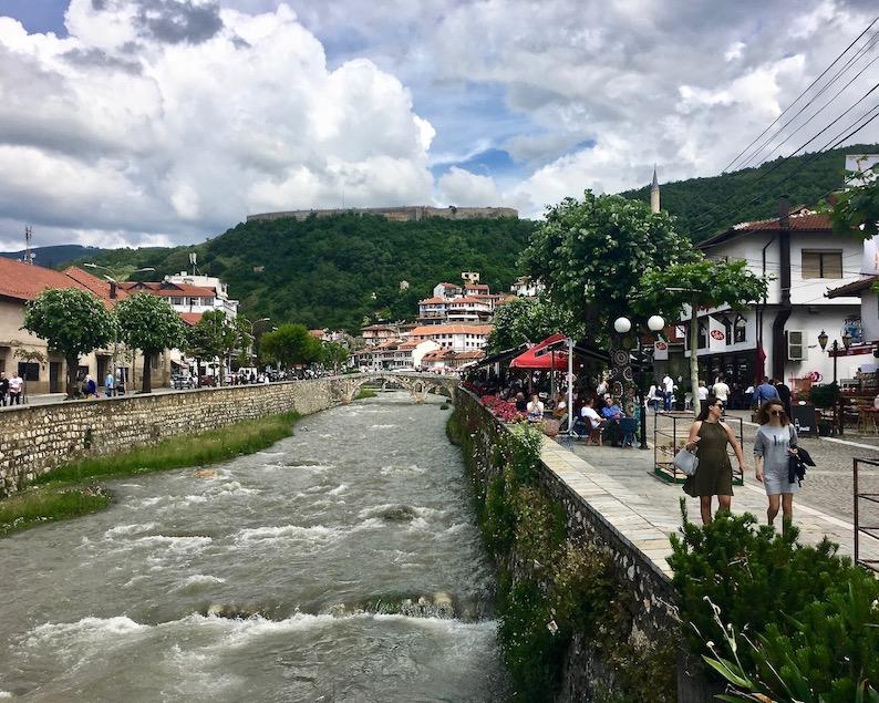 Prizren Kosovo alte Steinbrücke über Fluss Bistrica Moschee Sinan-Pascha Die Osmanische Steinbrücke über die Bistrica in Prizren Kosovo