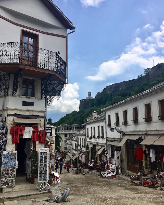 Gjirokastra UNESCO-Weltkulturerbe  Burg Zitadelle in Albanien Die Zitadelle von Gjirokaster aus der Fußgängerzone Albanien