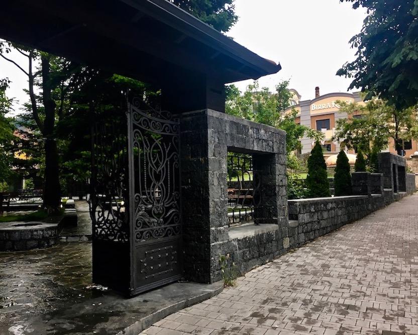 Eingnag zum Biergarten des Restoran Birra Korce Albanien