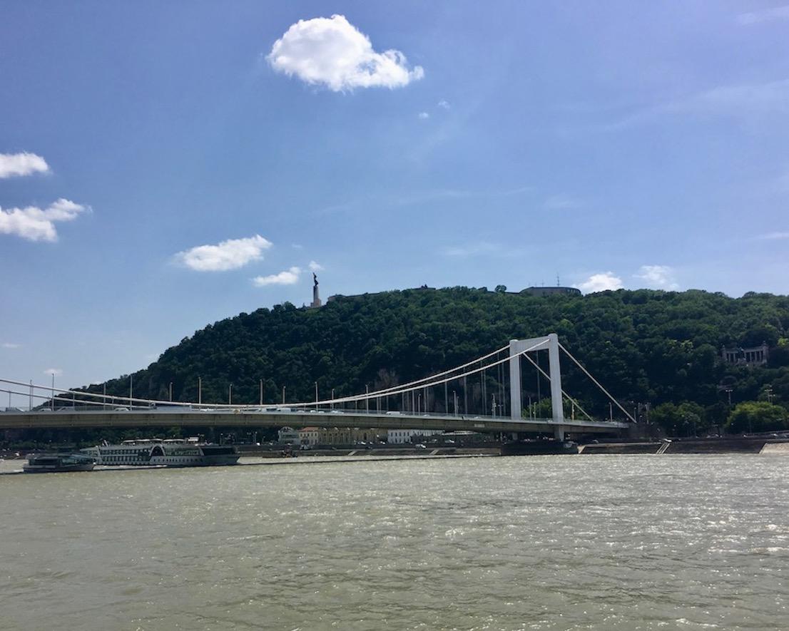 Elisabethbrücke mit Blick zur Zitadelle Budapest Ungarn