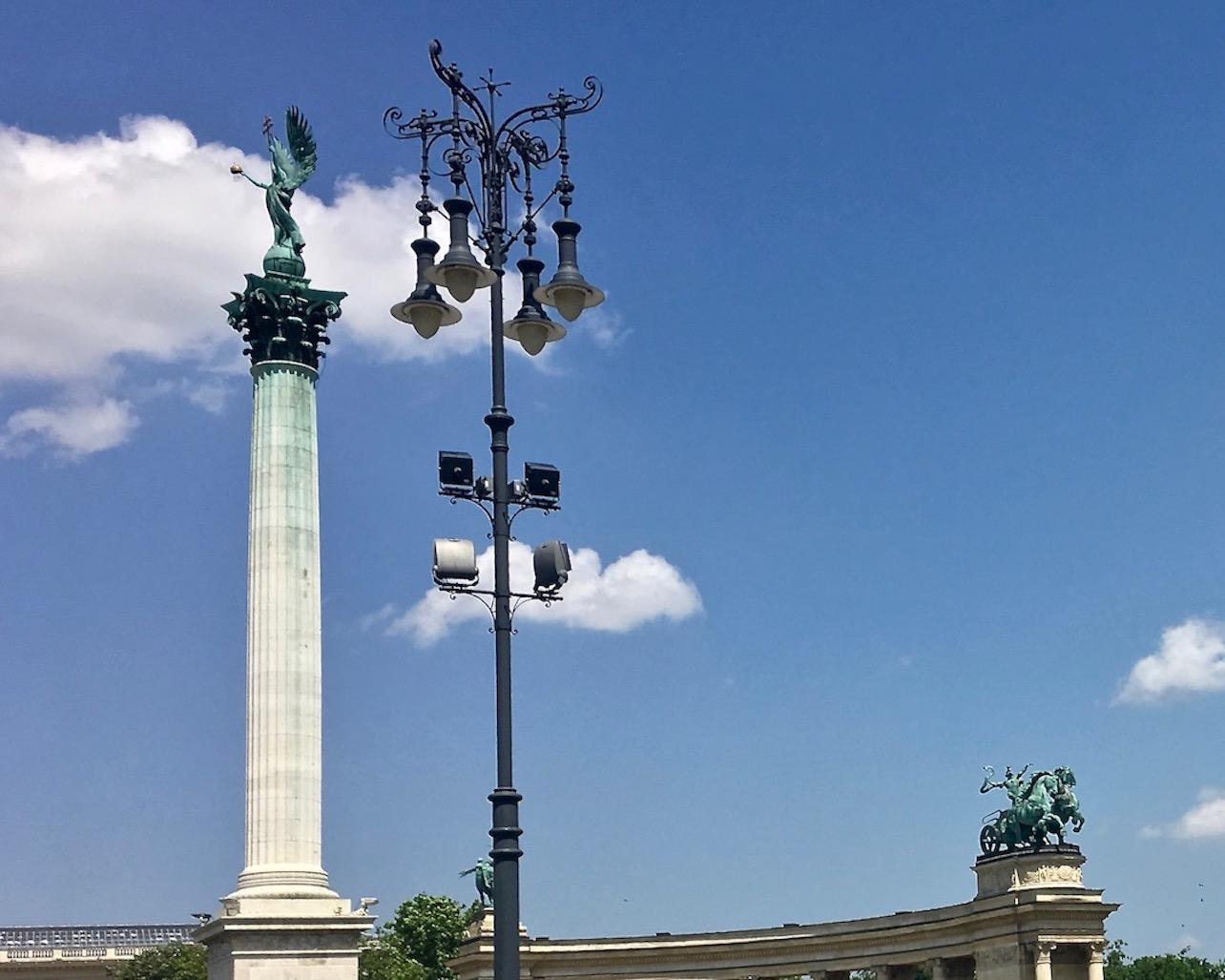 Budapest Sehenswürdigkeiten Parlament Brückenstadt Donau Ungarn Stadt der Brücken Erzengel-Gabriel auf dem Heldenplatz in Budapest Ungarn