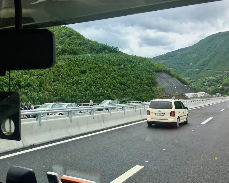 Fotostopp auf der Autobahn im Kosovo