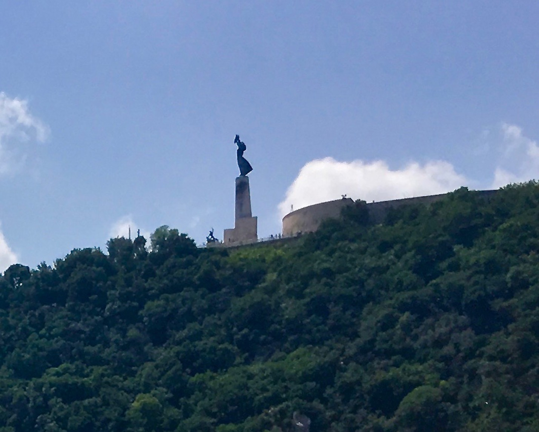 Freiheitsstatue neben der Zitadelle auf dem Gellertberg Budapest Ungarn