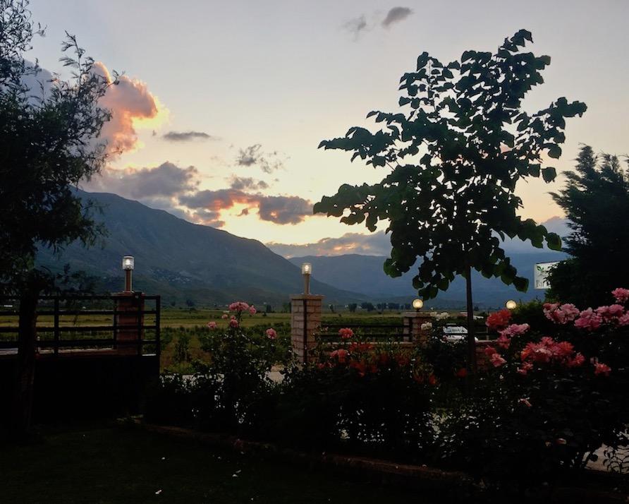 Gjirokastra UNESCO-Weltkulturerbe Albanien Garten am Abend bei Camping-Gjirokaster in Gjirokastra