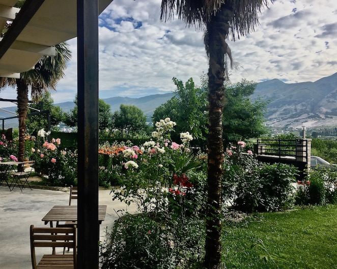Gjirokastra UNESCO-Weltkulturerbe Albanien Garten am Wohnmobilstellplatz Camping-Gjirokaster Albanien