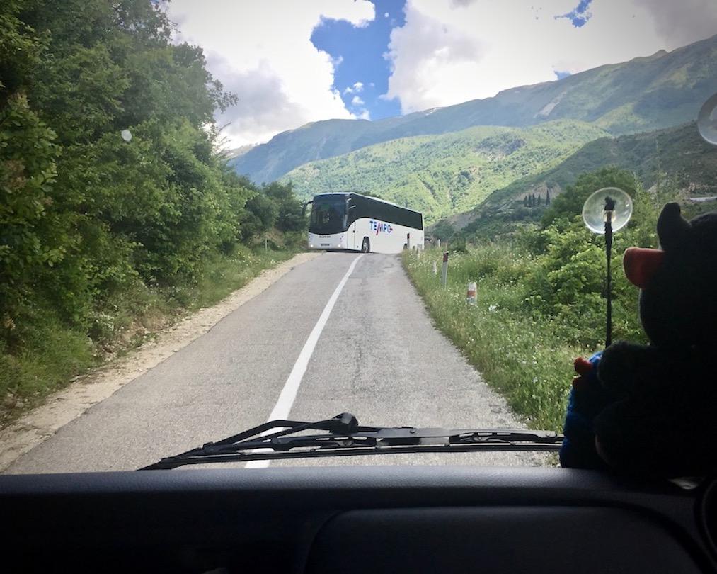 Gegenverkehr auf der SH75 in Albanien