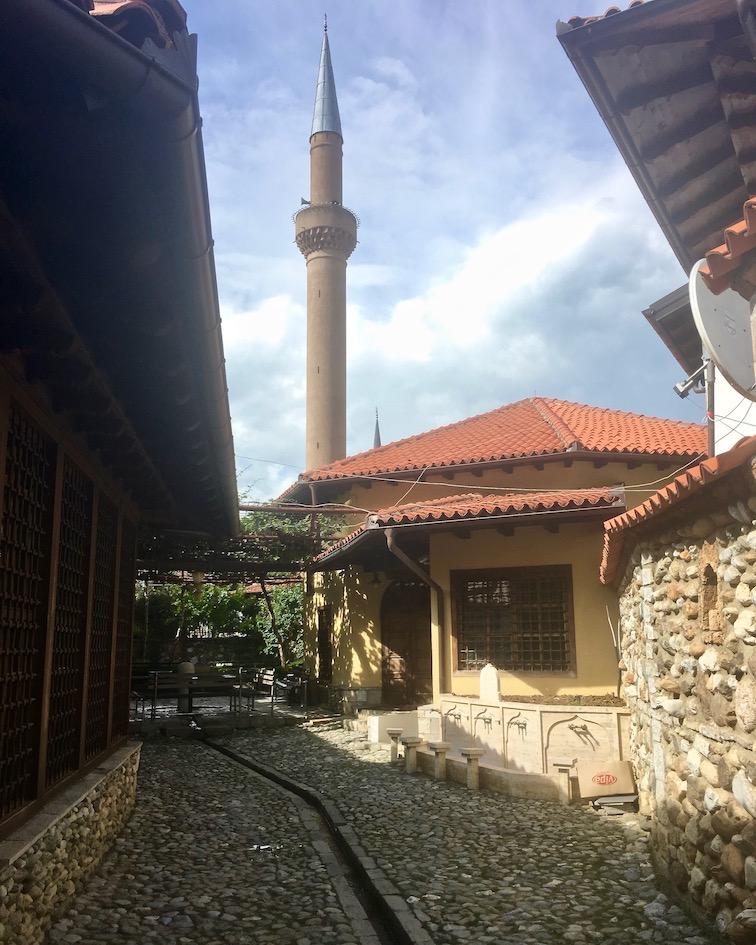 Prizren Kosovo alte Steinbrücke über Fluss Bistrica Innenhof der Halveti-Tekke Prizren Kosovo