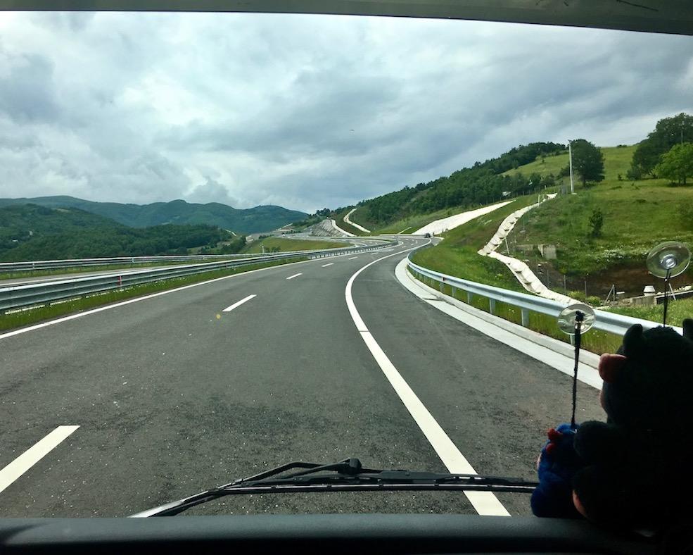 Neue Autobahn von der Grenze Richtung Pristina Kosovo
