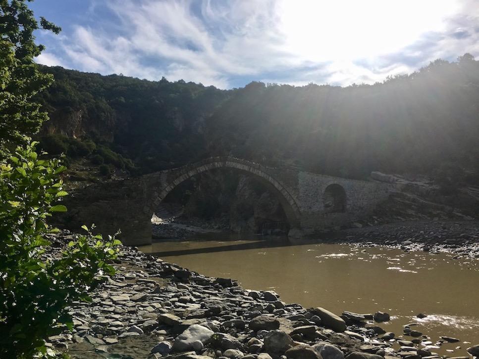 Benja Heiße-Quellen Thermal Baths Permet Lengarica Albanien Osmanische Brücke nach dem Gewitter