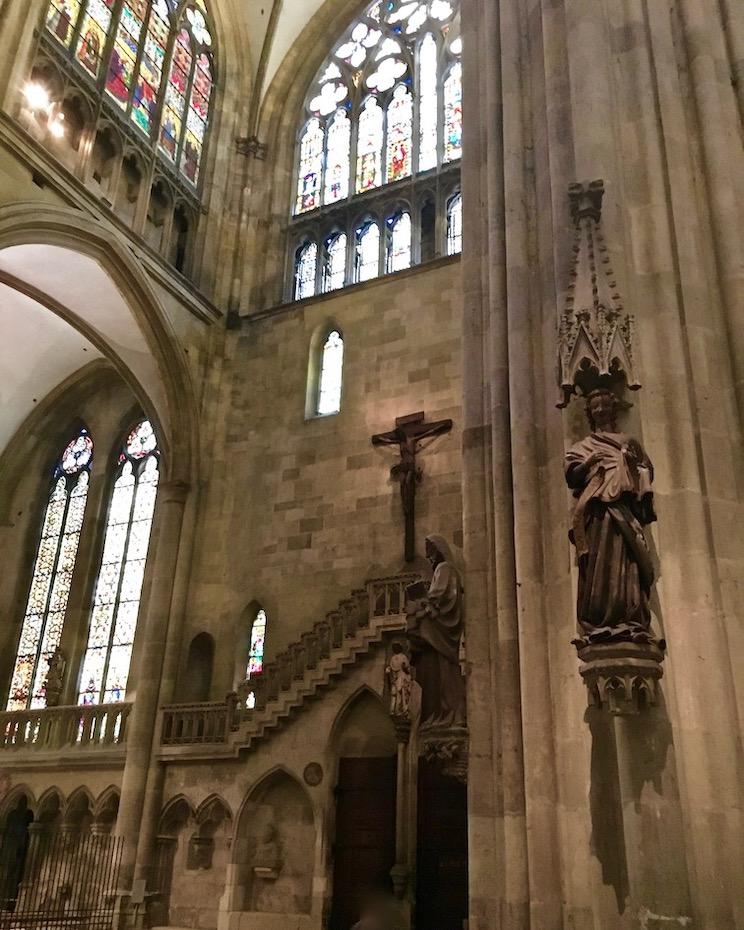"""Regensburg  Regensburger Dom Steinerne Bogenbrücke Regensburger Dom Skulptur """"Engel der Verkündigung an Maria"""""""