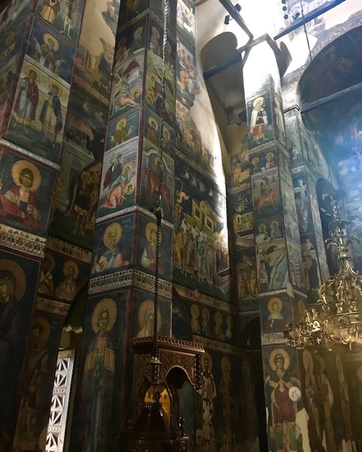 Seitenwand mit Fresken im Kloster Gracanica Kosovo