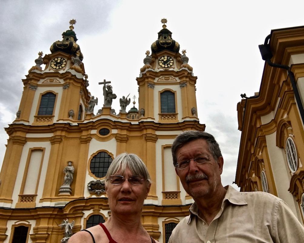 Kloster Melk Benediktinerstift Melk UNESCO-Weltkulturerbe Wachau Österreich Selfi vor der Klosterkirche in Melk Österreich