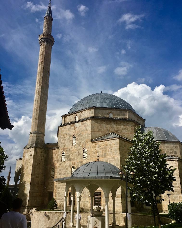 Prizren Kosovo alte Steinbrücke über Fluss Bistrica Moschee Sinan-Pascha Sinan-Pascha-Moschee in Prizren Kosovo