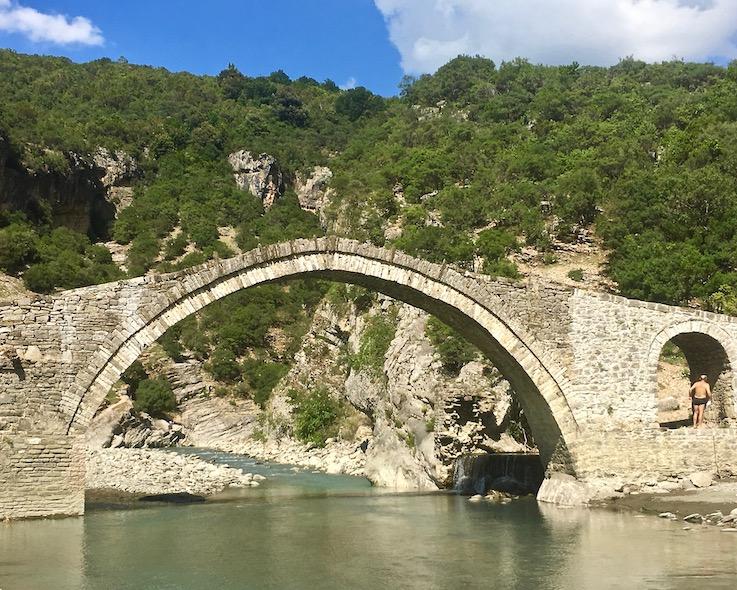 Steinbogenbrücke Ura e Kadiut bei Benja Heiße-Quellen Thermal Baths Permet Lengarica Albanien