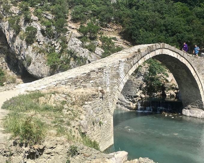 Benja Heiße-Quellen Thermal Baths Permet Lengarica Albanien Steinbogenbrücke bei Benja Albanien