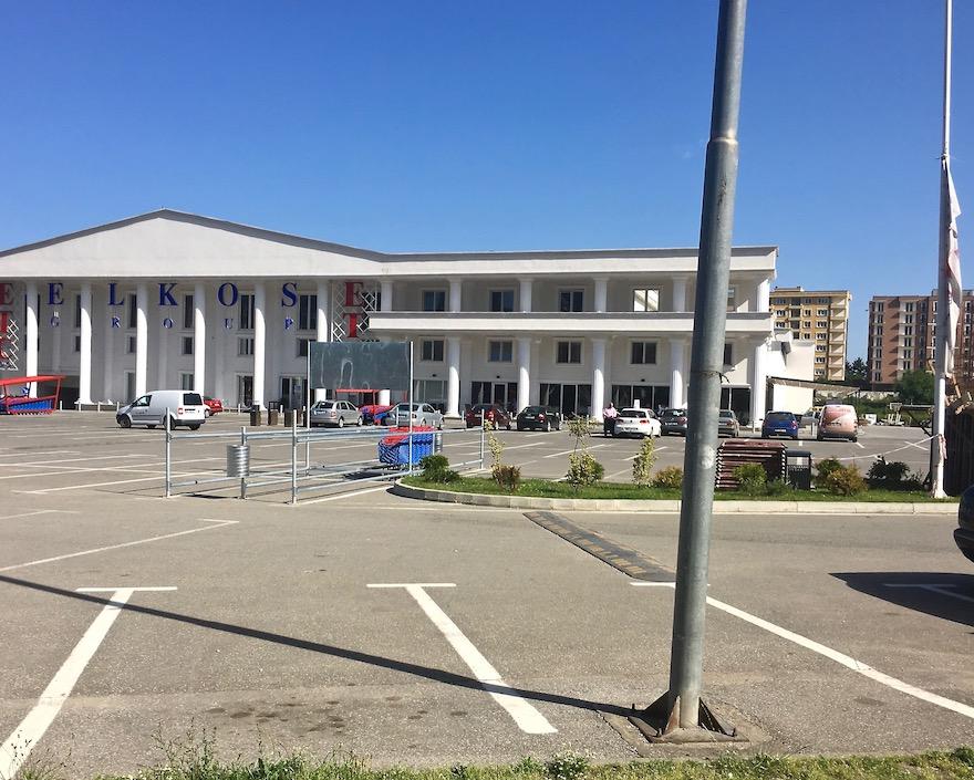 Stellplatz auf Parkplatz Einkaufscenter in Prizren Kosovo