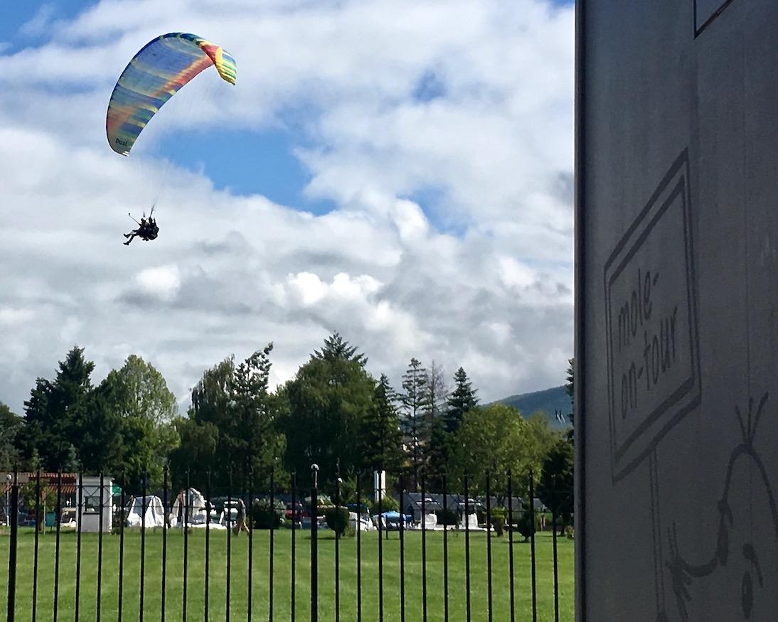 Tandem-Paraglider-am-Ohrid-See-in-Nord-Mazedonien