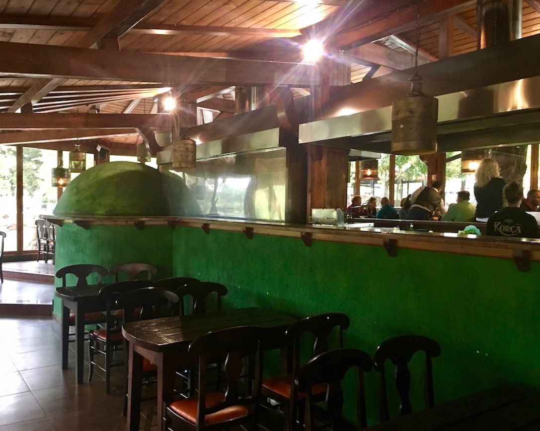 Theke im Brauereilokal Birra Korca Albanien