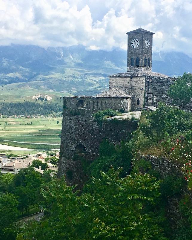 Gjirokastra UNESCO-Weltkulturerbe  Burg Zitadelle in Albanien Der Uhrturm der Zitadelle Gjirokaster Albanien