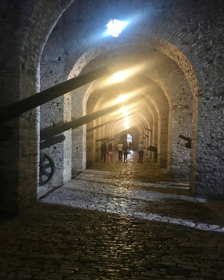 Gjirokastra UNESCO-Weltkulturerbe Albanien Waffenmuseum in der Zitadelle Gjirokaster