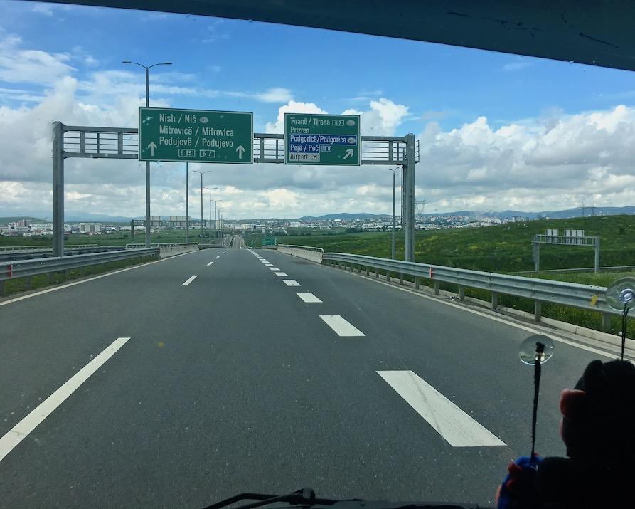 Autobahn nach Pristina im Kosovo