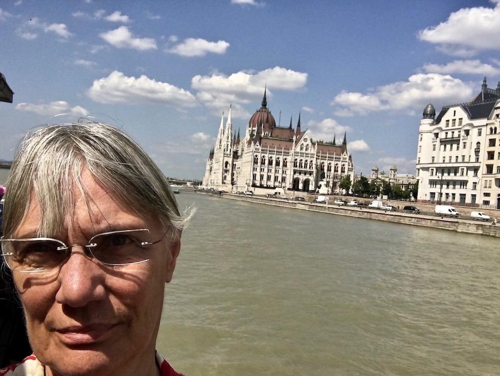 wir kommen zum Ungarischen Parlament in Budapest Ungarn