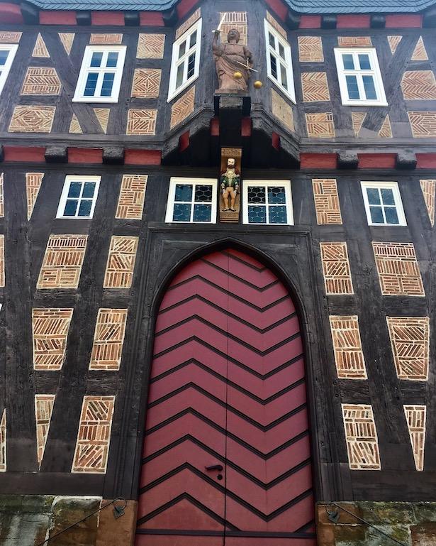 Frankenberg (Eder) Rathaus Knaggen-Figuren der Nordseite