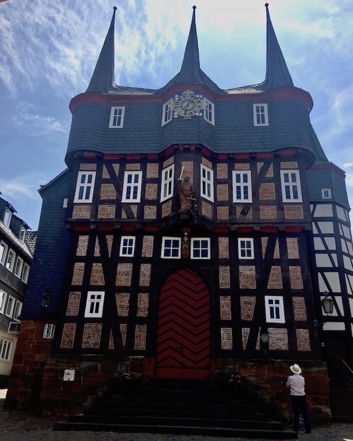 Frankenberg (Eder) Rathaus Nordseite mit Knaggen-Figuren