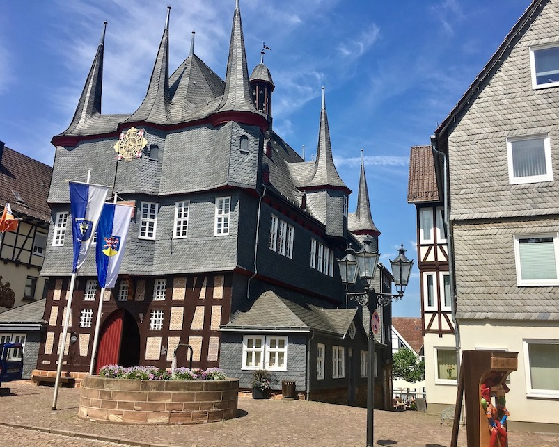 Frankenberg (Eder) Rathaus Südseite mit Türmen