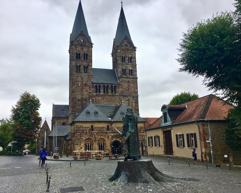 Fritzlarer Dom Fritzlar Deutschland mit Bonifatius-Denkmal