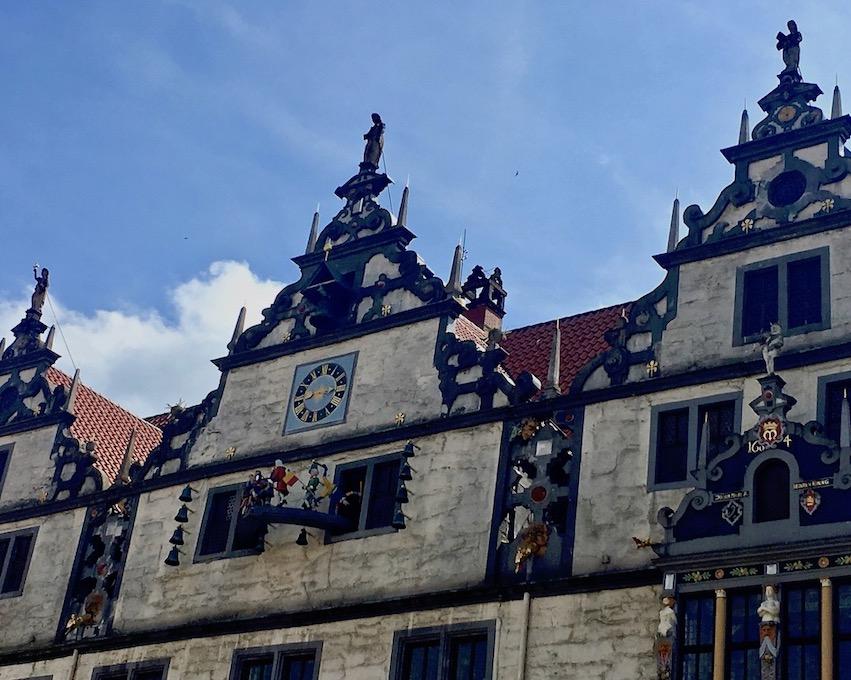 Hann.Münden Deutschland Rathausgiebel mit Glockenspiel Dr. Eisenbarth