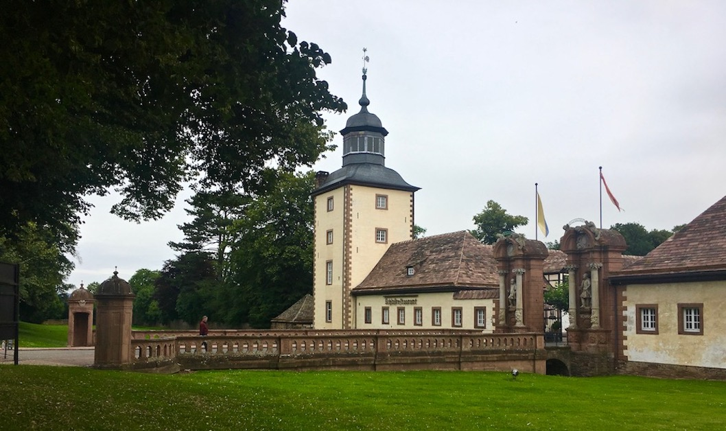 Kloster Corvey Höxter Weltkulturerbe Barockesschlosstor mit Brücke über den Graben