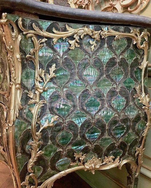Schloss Wilhelmsthal Calden Detail Pfauenfederkommode aus dem Rokoko