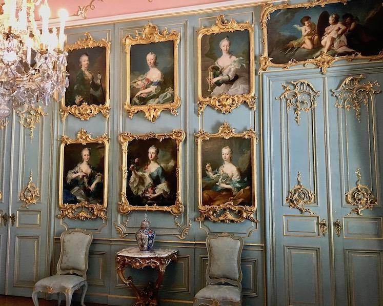 Schloss Wilhelmsthal Calden Rokoko-Empfangsraum mit Bildern der Schönheitsgalerie