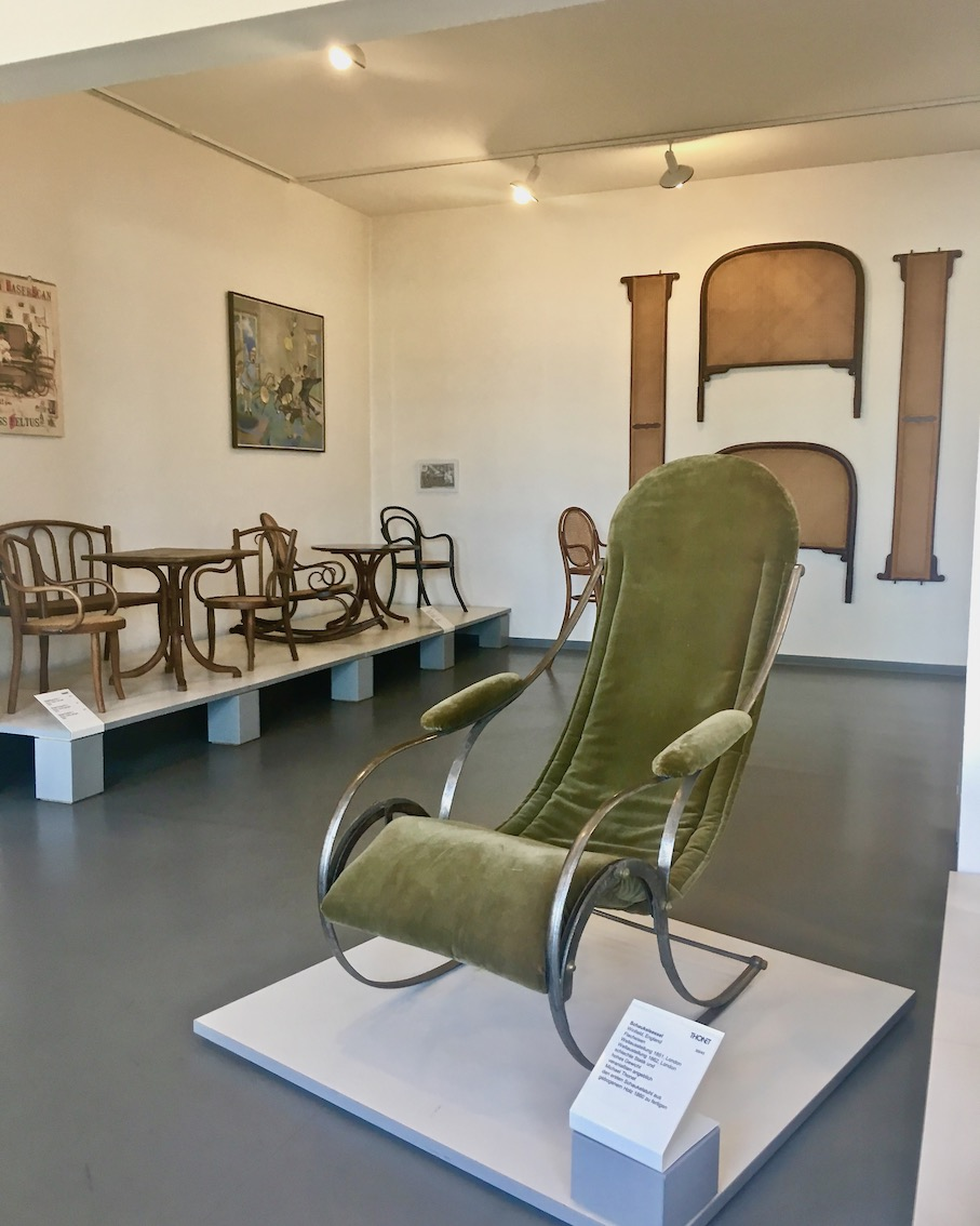 Thonet-Museum Bugholzmöbel Bauhaus-Möbel Frankenberg(Eder) Schaukelsessel aus Flacheisen Weltausstellung-1851-London