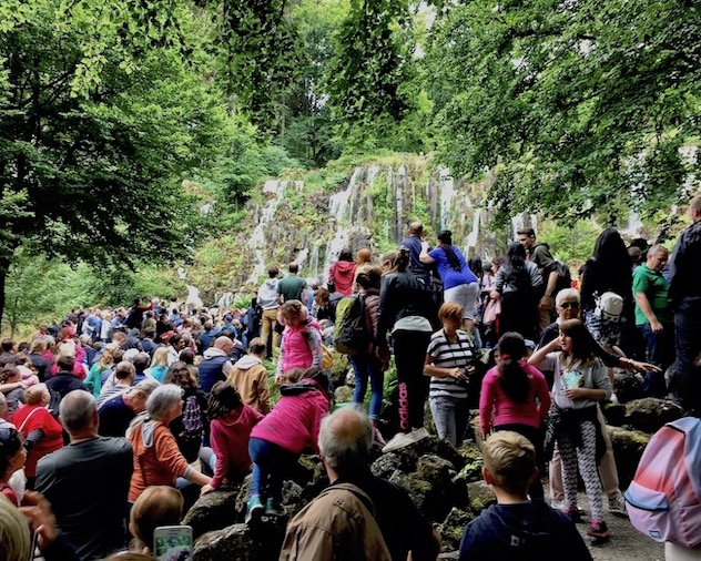 Wasserspiele Bergpark Wilhelmshöhe Menschenmassen vor dem Steinhöfer Wasserfall